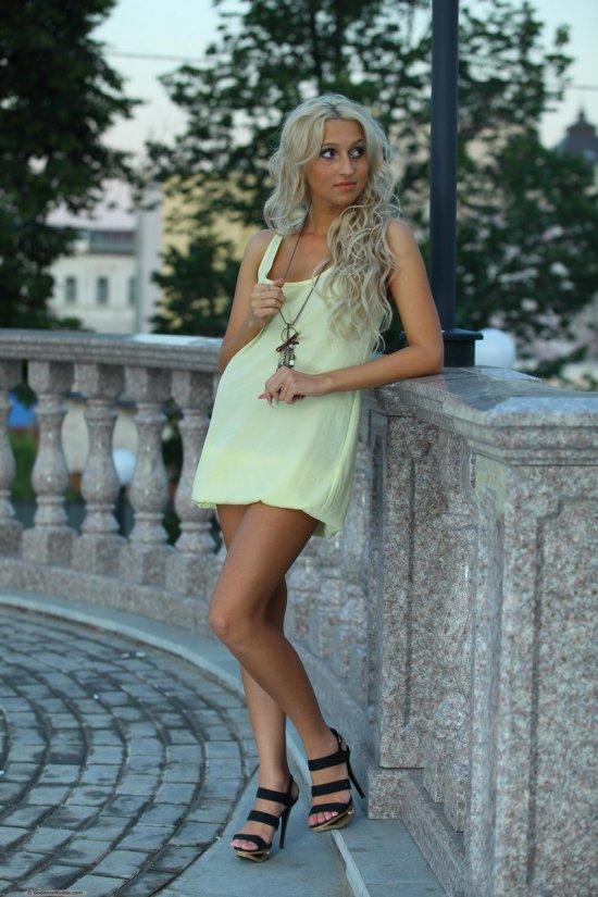 Уличное обнажение симпатичной блондинки Mari (20 фото)