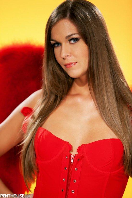 Ангельская модель Adrienne Manning с красными крыльями (14 фото)