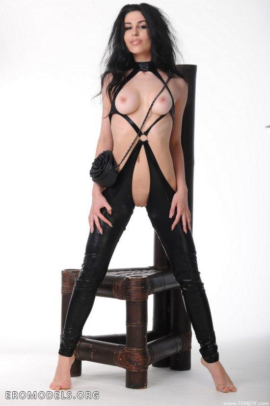 Темпераментная брюнетка Lira в костюме из латекса (18 фото)