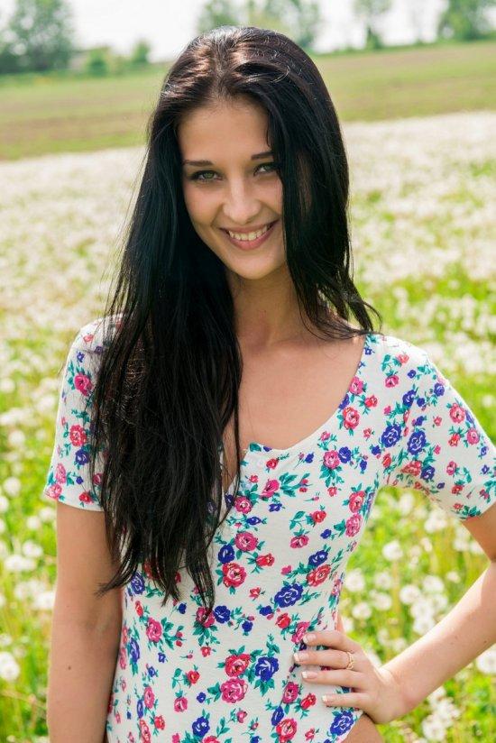 Обнажение прекрасной Katya в поле засеянном одуванчиками (15 фото)