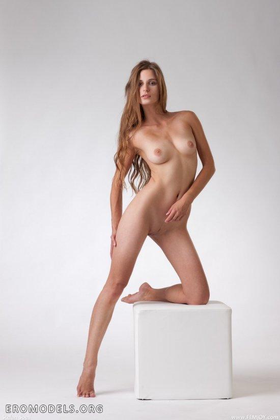 Позирование Lena в обнаженном виде на белом кубе (15 фото)