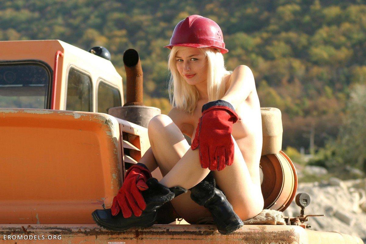 Эротическое фото девушек на стройке — pic 8