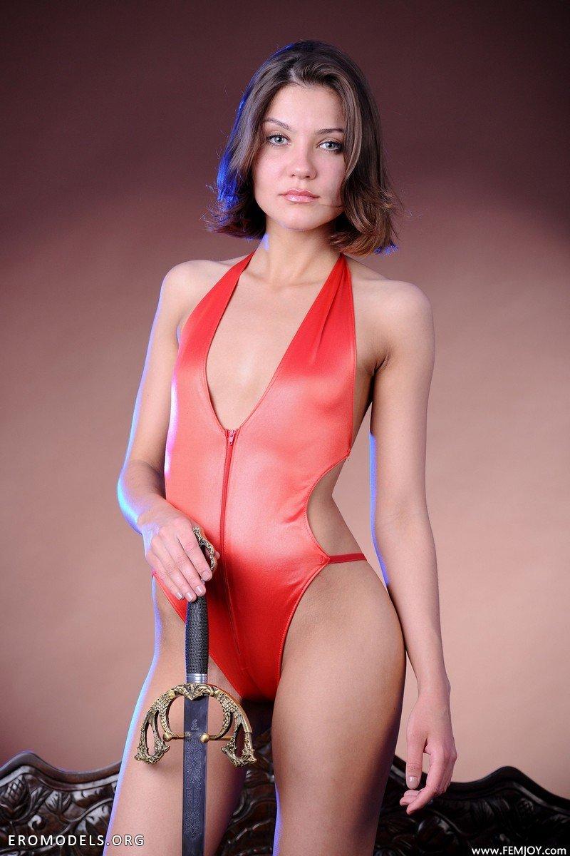 эротическое фото модели с мечом