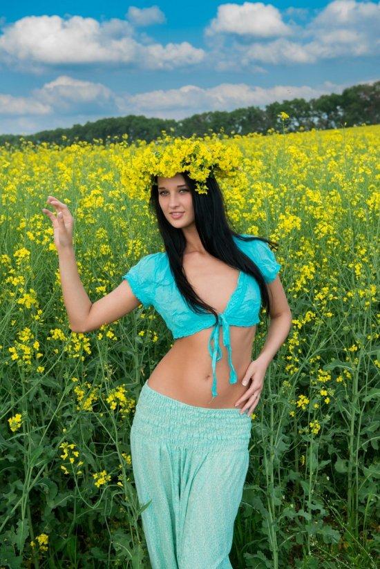 Брюнетка Katya развлеклась на цветочном поле (15 фото)