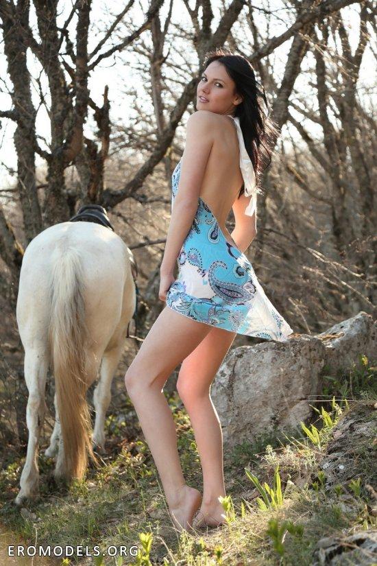 Nicol отвлеклась для эротики от конной прогулки (18 фото)