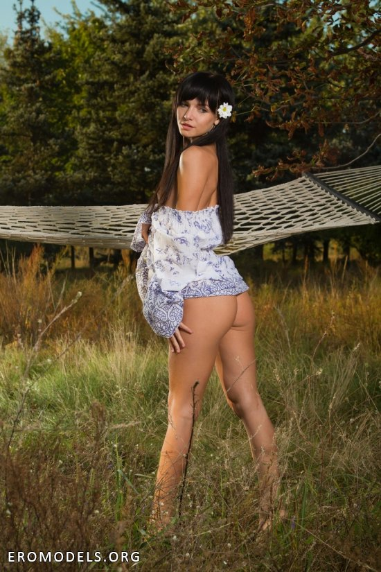 Интим брюнетки Milana на красивой природе (14 фото)