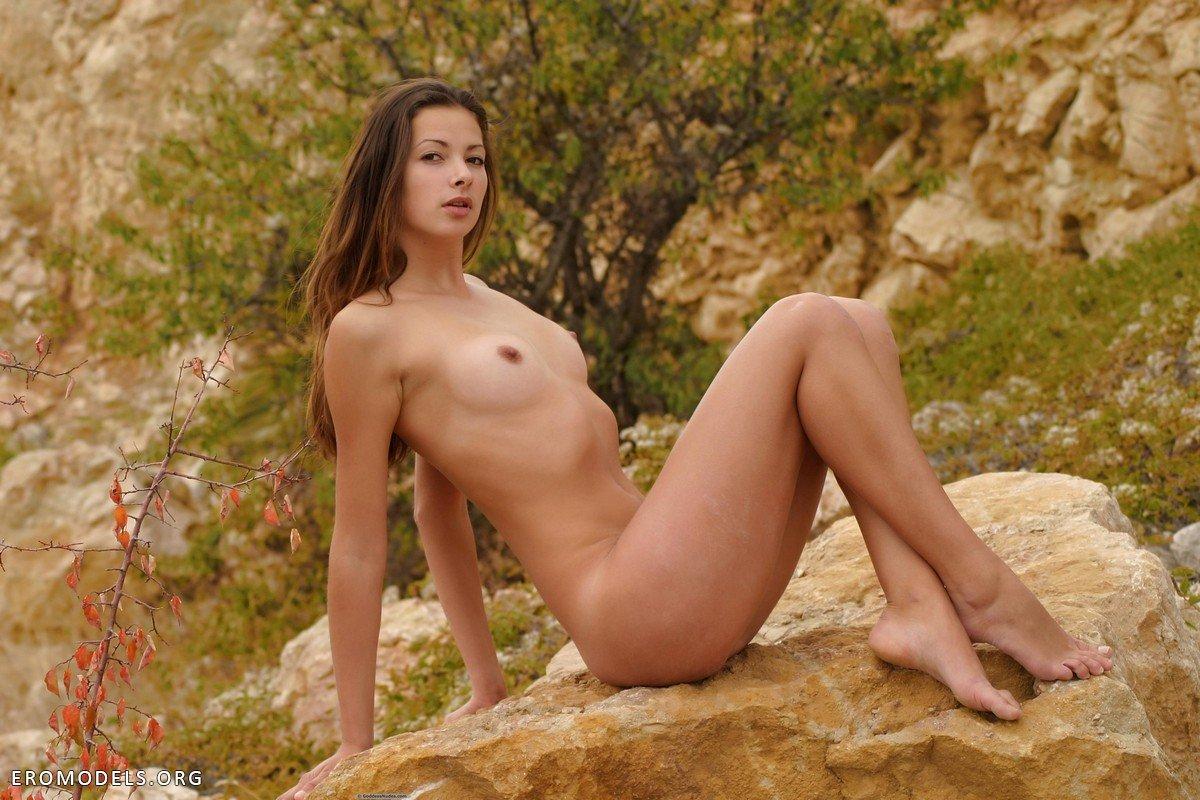 Стройные и голые красавицы на природе 20 фотография