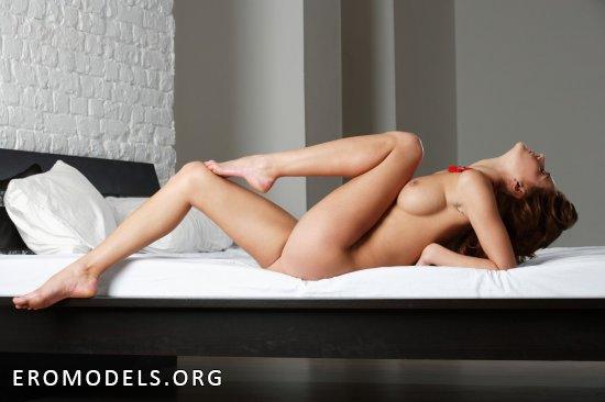 Отдыхающая голышом на кровати Petra (20 фото)