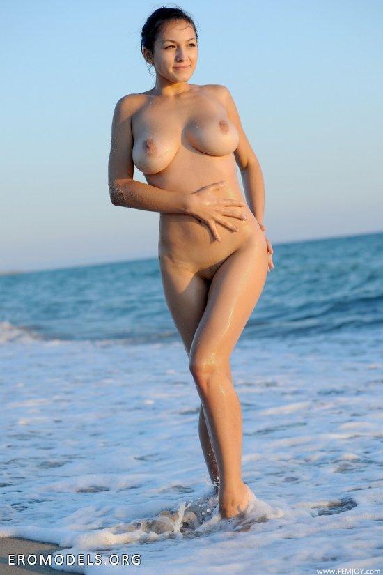 Прогулка Sofie в голом виде по утреннему пляжу (16 фото)