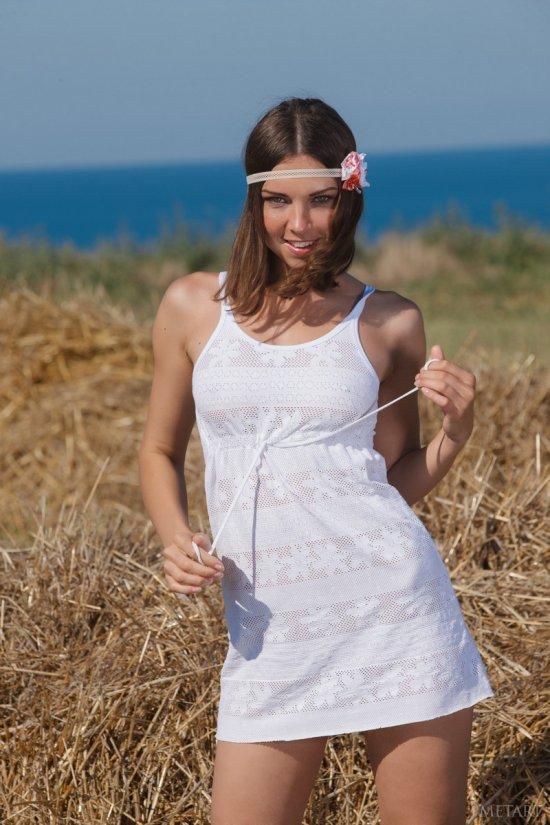 Кадры обнажающейся в крымской степи Anita (18 фото)