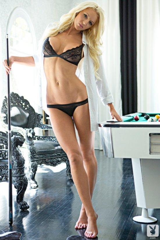 Эротика блондинки Nicolette Shea за проигрыш в бильярдной партии (20 фото)