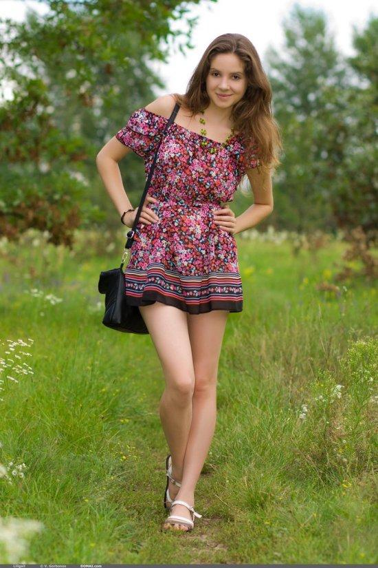 Солнечный выходной с гуляющей на природе Lili (18 фото)