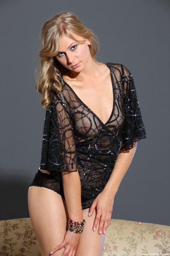 Viktoria с азартом позирует для высококачественной эротики (18 фото)