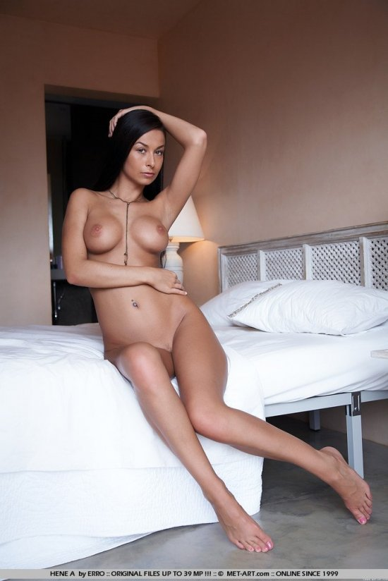 Затаившаяся в комнате голая Hana Black (12 фото)