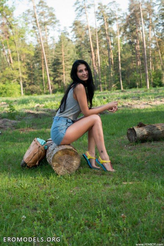 Выехавшая в лес для эротических открытий Katya (18 фото)