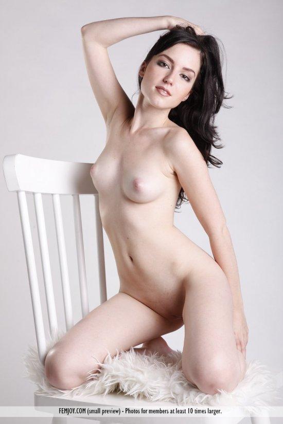 Aurea пикантно провела время на классическом стульчике (16 фото)