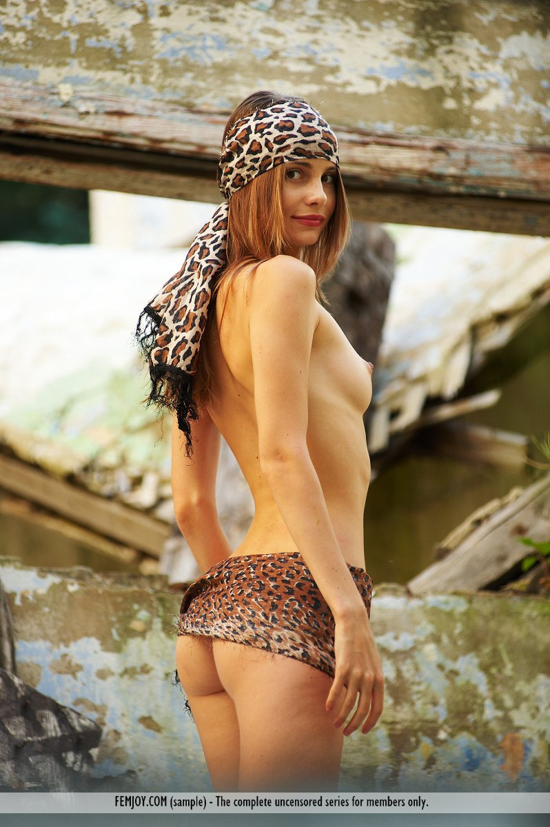 Девушка на заброшенном корабле эротическое фото фото 107-608