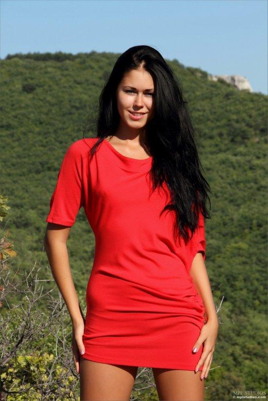 Эротика брюнетки Kara в окруженной горами местности (22 фото)