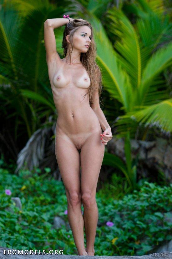 Оголенная Lizel расцвела на приватном пляже в тропиках (20 фото)