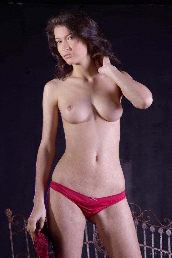 Обнаженная Janna под искусственным душем в студии (20 фото)