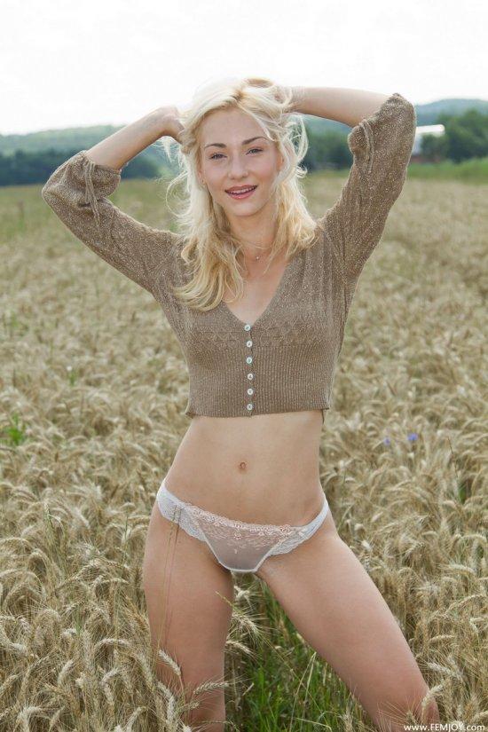 Natalia игриво обнажилась на полях (22 фото)