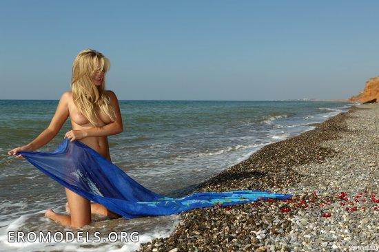 Esenia на пляже под горами (20 фото)