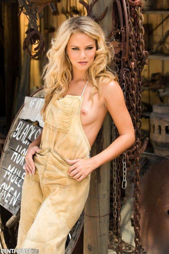 Блондинка Sophia Lynn освободилась от интимного пара в мастерской (16 фото)