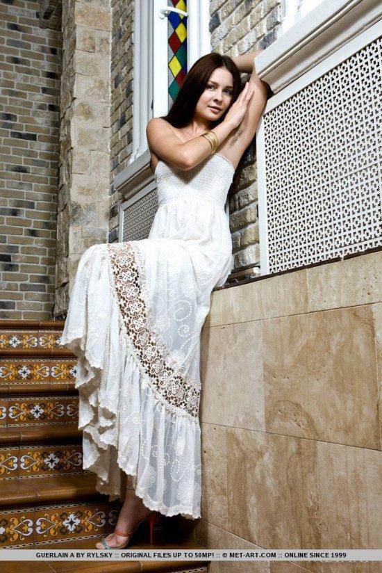 Позирование Sienna на лестнице загородного коттеджа (20 фото)