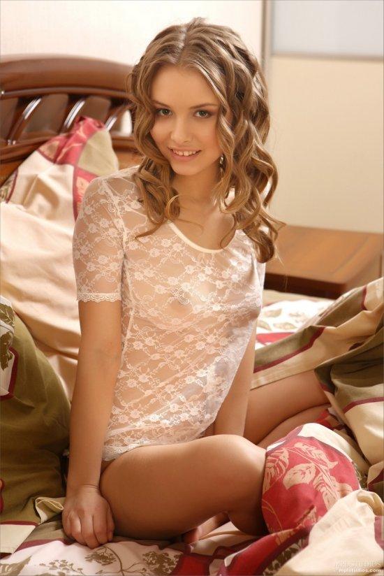 Tanya в нагретой своим телом постели (18 фото)