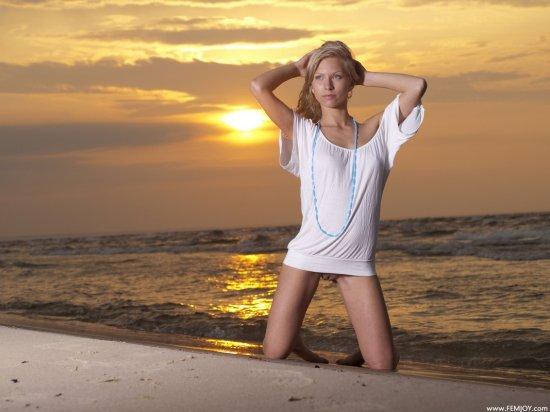 Эротика юной Tessi под красивым солнечным закатом (16 фото)