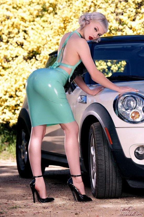 Вышедшая из Mini Cooper красотка Miss Mosh (14 фото)