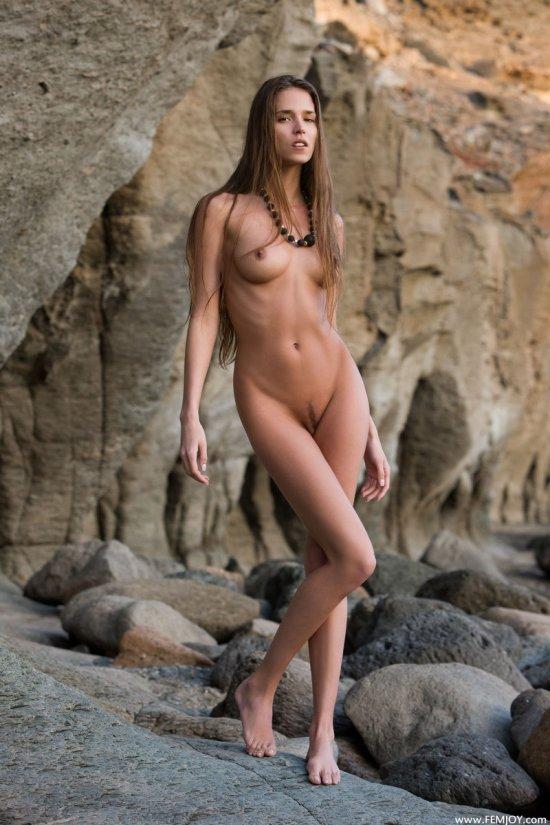 Уединенная от всех пляжница Silvie (18 фото)