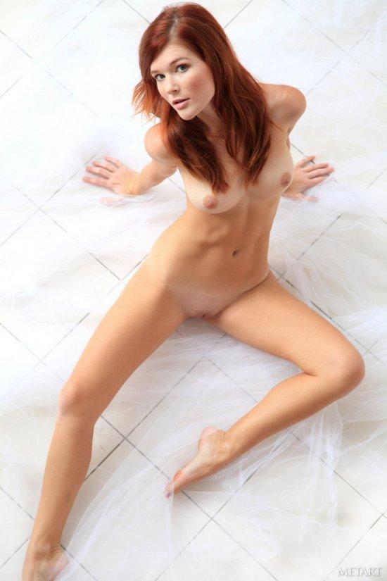 Красивые движения Mia Sollis на плиточном полу (20 фото)