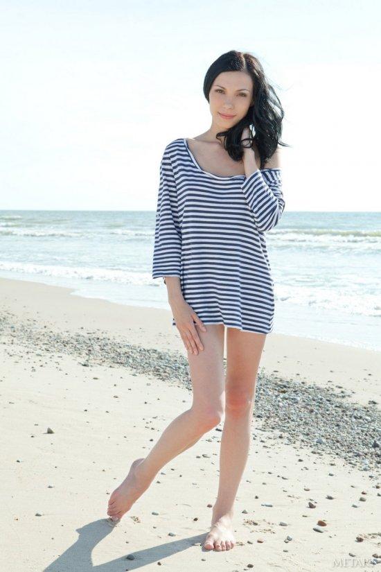 Ленивое обнажение на пляже милой Lili (20 фото)