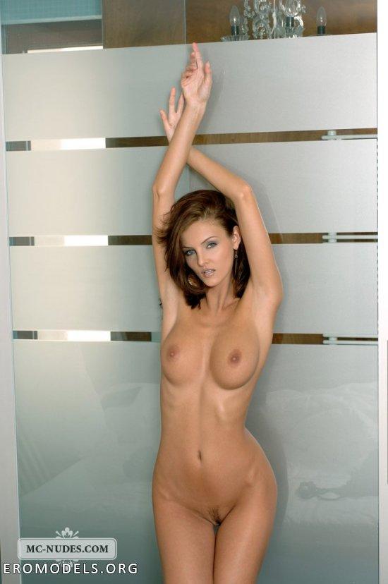 Облокотившаяся на стеклянную дверь Ivette Blanche (14 фото)