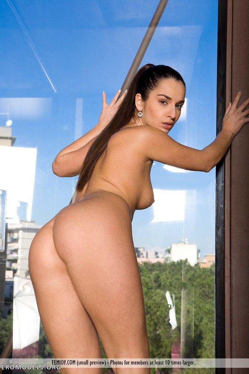 Фото голых девушек на балконах и окнах 4 фотография