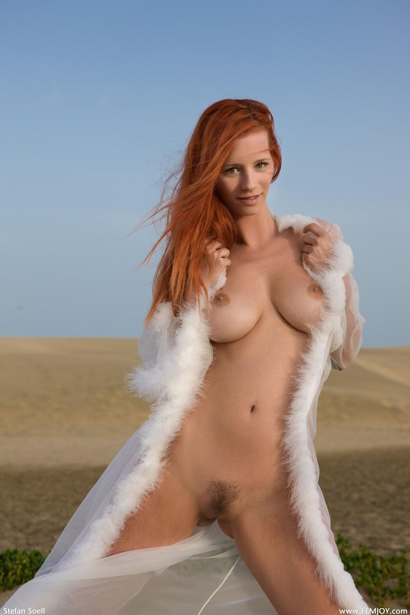 golie-zhenshini-v-pustine-seks-ekstrim-krasiviy