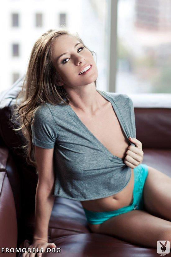 Расслабление Bree Morgan на офисном диване (16 фото)