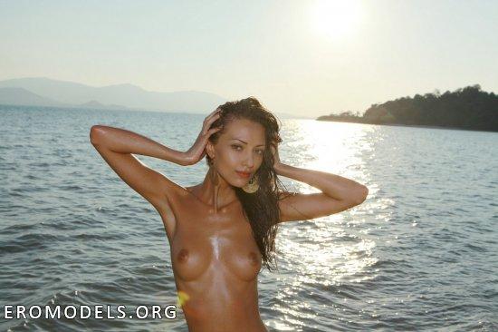 Пляжный нудизм искусившейся на горячее Anna (14 фото)