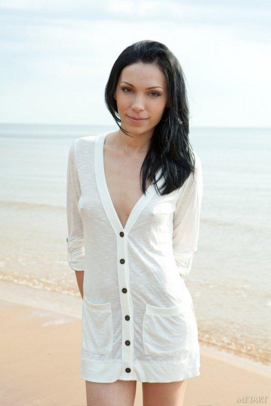 Эротика Lili на песке рядом с морским штилем (20 фото)