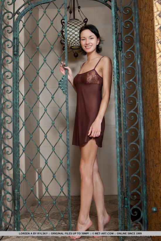 Своенравная в характере посетительница бани Loreen (12 фото)