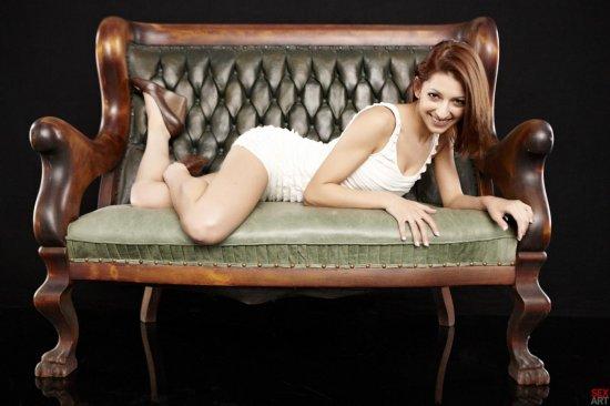Релаксирующая на старомодном диване Lexi Bloom (12 фото)