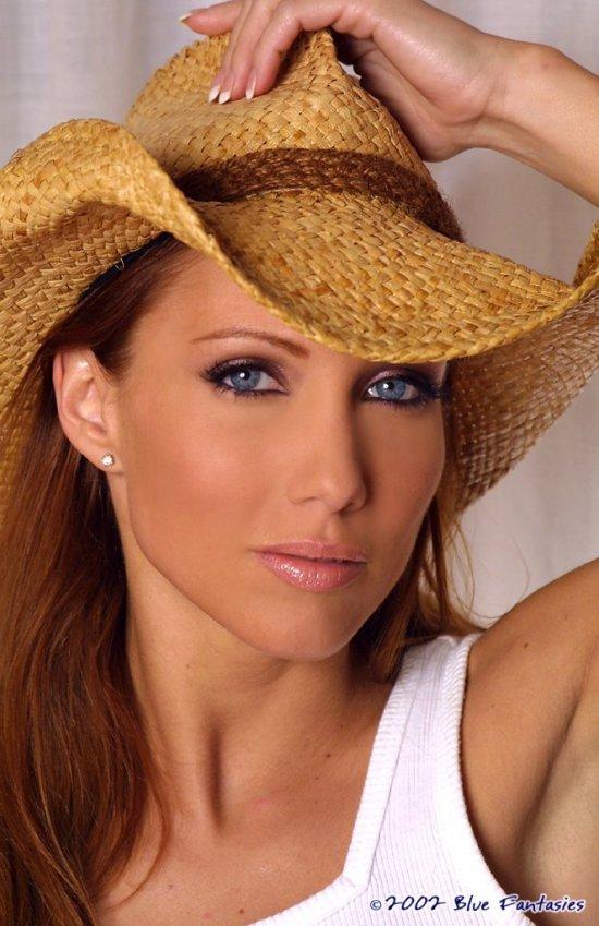 Прикрывающаяся ковбойской шляпкой Jennifer Korbin (16 фото)