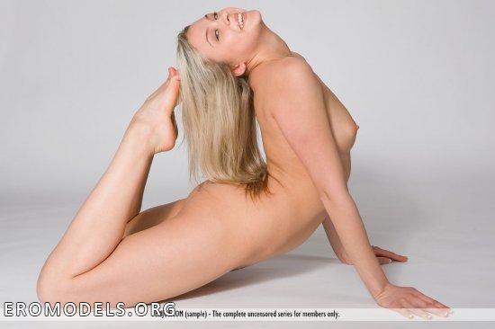 Эротические шашни доброй блондинки Gina (14 фото)