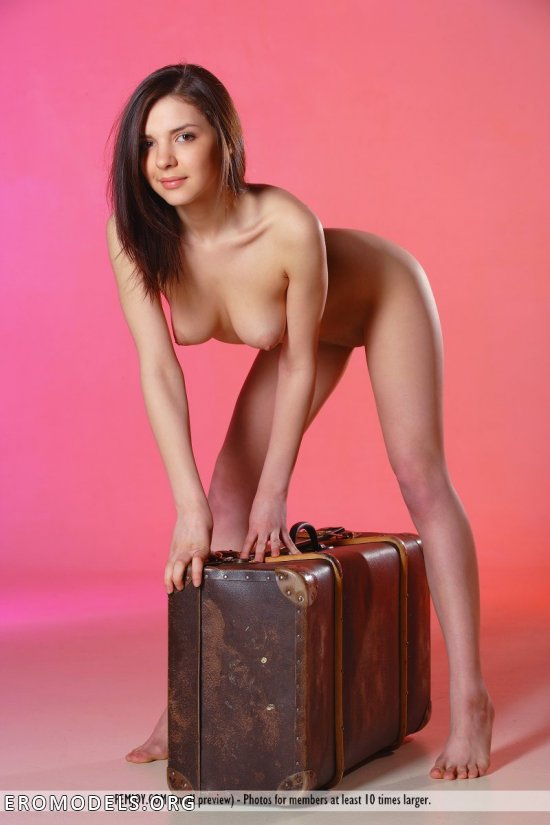 Henessy на кадрах со старомодным чемоданом (15 фото)