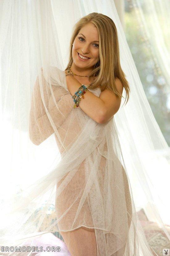 Прикрывшаяся прозрачной шторой скромница Payton Marie (10 фото)