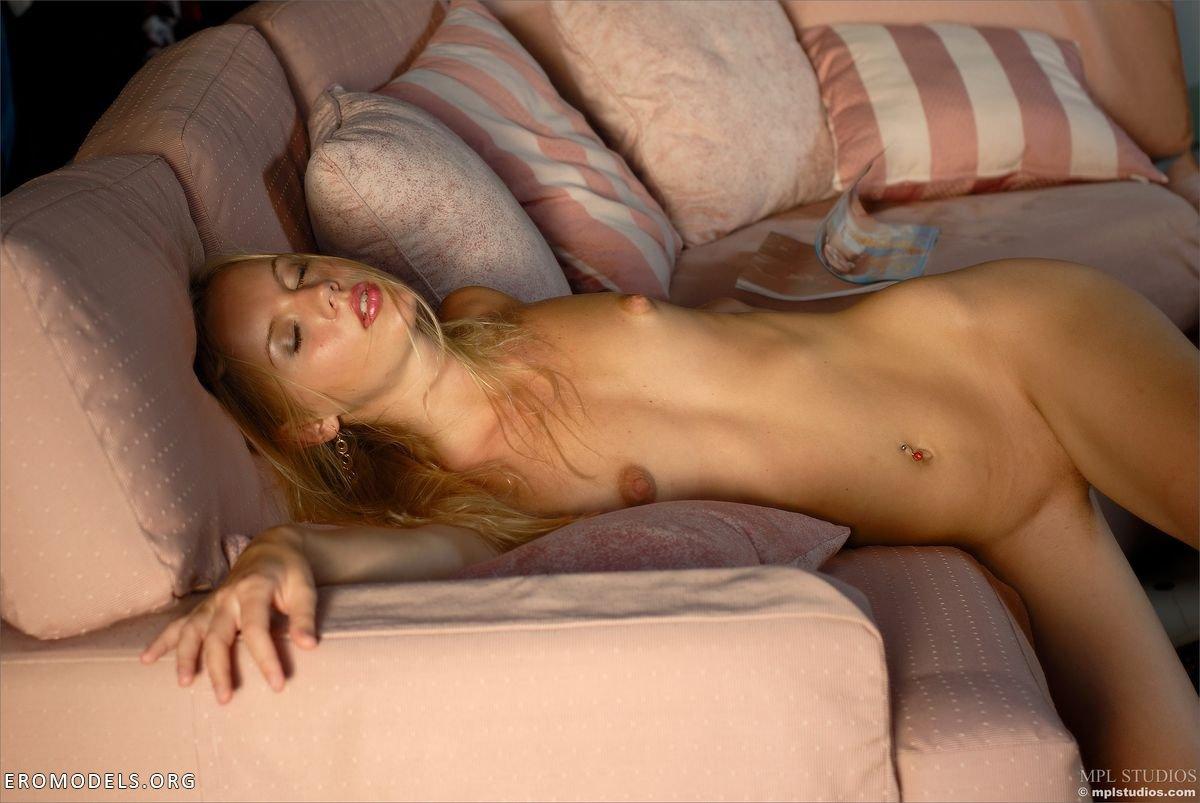Фото голых блондинок домашние очень худые 24 фотография