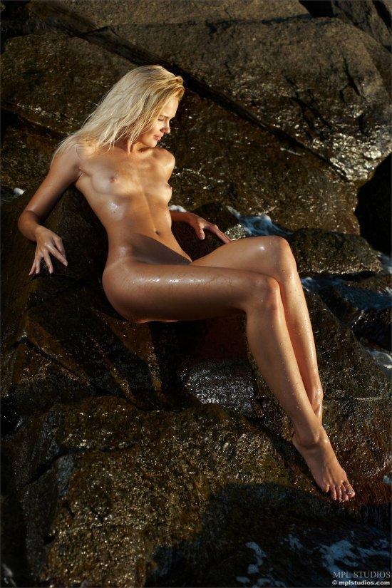 Загорающая с эротическими паузами Talia (28 фото)