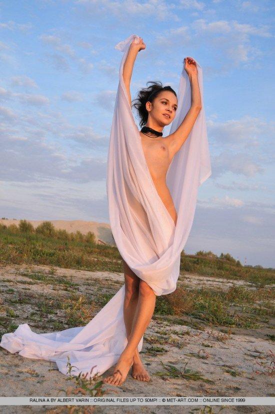 Динамичная фотосессия Ralina с прозрачной простыней (15 фото)