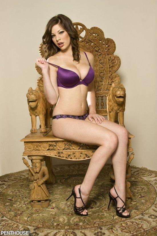 Бесподобная улыбчивость примостившейся на троне Jessica Kramer (16 фото)